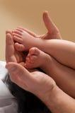 Las manos del padre y del niño Fotografía de archivo libre de regalías