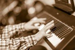 Las manos del pianista del jazz foto de archivo