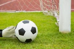 Las manos del portero del fútbol ahorran meta Imagen de archivo