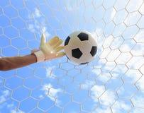 Las manos del portero del fútbol que alcanzan para la bola Fotos de archivo libres de regalías