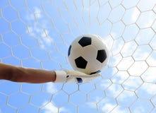Las manos del portero del fútbol que alcanzan para la bola Imágenes de archivo libres de regalías