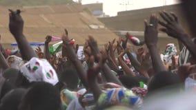 Las manos del ` s de la gente están levantando en el aire almacen de metraje de vídeo