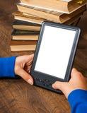 Las manos del ` s de la muchacha sostienen EBook en el dispositivo móvil sobre pila de libro de papel viejo con la pantalla blanc Fotografía de archivo