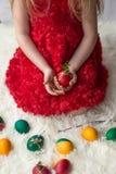Las manos del ` s de la muchacha sostienen los huevos de Pascua adornados Imagen de archivo