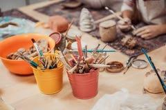 Las manos del ` s de los niños esculpen Imágenes de archivo libres de regalías