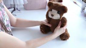 Las manos del ` s de las mujeres crean un producto de materia textil, juguete, modelo almacen de metraje de vídeo