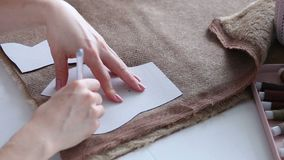 Las manos del ` s de las mujeres crean un producto de materia textil, juguete, modelo metrajes