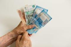 Las manos del ` s del hombre llevan a cabo las notas de las rublos rusas Retirado en Rusia imagen de archivo libre de regalías