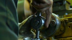 Las manos del trabajador de la cámara lenta del primer dan vuelta suavemente al nivel de metal almacen de video