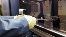 Las manos del trabajador en automatizan la máquina en la fábrica industrial, cierre para arriba almacen de metraje de vídeo