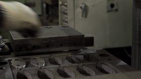 Las manos del trabajador ponen a las piezas de automóvil almacen de video