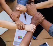Las manos del trabajo en equipo, concepto de la cooperación, la unidad de negocio, manos unidas así como alcohol colaborador fotografía de archivo libre de regalías