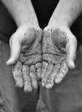 Las manos del trabajo sucio se abren Imágenes de archivo libres de regalías