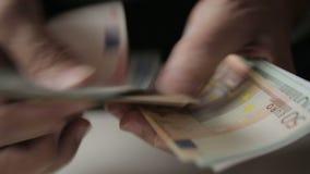 Las manos del viejo hombre que cuentan billetes de banco euro Cierre para arriba almacen de metraje de vídeo