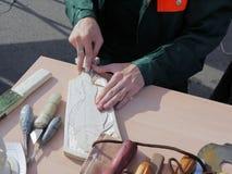 Las manos del woodcarver Foto de archivo libre de regalías