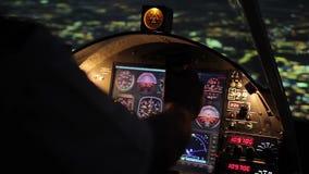 Las manos en el volante, vuelo nocturno, aeroplano del piloto que asoma sobre ciudad almacen de video