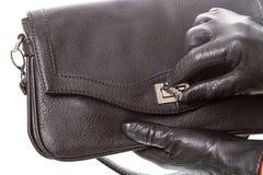 la mano Negro-con guantes abre el bolso fotografía de archivo libre de regalías