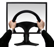 Las manos en volante adentro la pantalla el monito Fotografía de archivo
