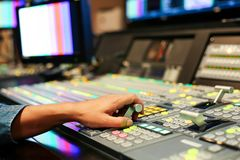 Las manos encendido disuelven de los botones del interruptor en el canal de televisión del estudio, Audi fotos de archivo libres de regalías