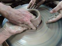 Las manos están esculpiendo la arcilla en la forma deseada Es uno del proceso de hacer la cer?mica imágenes de archivo libres de regalías