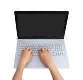 Las manos están funcionando en el ordenador portátil Fotografía de archivo
