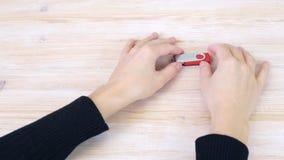 Las manos están llevando a cabo memoria USB almacen de video