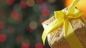 Las manos femeninas abren la caja de regalo almacen de video
