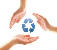 Las manos femeninas con reciclan dimensión de una variable del agua fotografía de archivo libre de regalías
