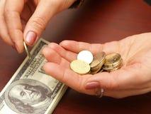 Las manos femeninas consideran monedas Imágenes de archivo libres de regalías