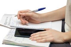 Las manos femeninas escriben en el diario aislado Imagenes de archivo