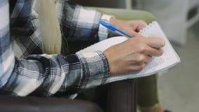 Las manos femeninas escriben rápidamente el texto en un cuaderno Lección en la corrección o el maquillaje de la ceja almacen de video