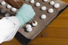 Las manos femeninas hacen las galletas Foto de archivo libre de regalías
