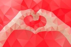 Las manos femeninas que hacen un corazón forman por el triángulo geométrico abstracto en estilo polivinílico bajo Imágenes de archivo libres de regalías