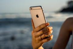 Las manos femeninas que sostienen el nuevo iPhone 6s espacian gris Fotos de archivo libres de regalías