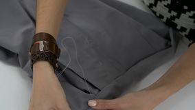 Las manos femeninas se cosen con una aguja metrajes