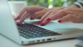 Las manos femeninas utilizan un panel táctil en el ordenador portátil Lugar de trabajo de una mujer moderna almacen de metraje de vídeo