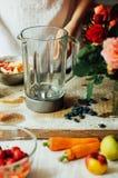 Las manos hacen los smoothies de la fresa en tabla de madera Strawbe fresco Imágenes de archivo libres de regalías