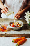 Las manos hacen los smoothies de la fresa en tabla de madera Strawbe fresco Imagen de archivo
