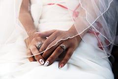 Las manos hermosas de la novia se cierran para arriba Imagenes de archivo