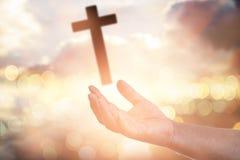 Las manos humanas abren la adoración ascendente de la palma La terapia de la eucaristía bendice a dios él Imágenes de archivo libres de regalías