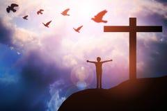 Las manos humanas abren la adoración ascendente de la palma La terapia de la eucaristía bendice a dios él Imagenes de archivo