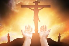 Las manos humanas abren la adoración ascendente de la palma La terapia de la eucaristía bendice a dios él imagen de archivo