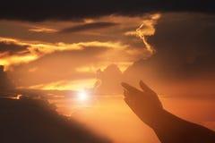 Las manos humanas abren la adoración ascendente de la palma La terapia de la eucaristía bendice a dios él Foto de archivo