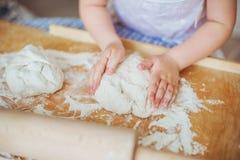 Las manos humanas del niño esculpen una pasta Fotografía de archivo libre de regalías