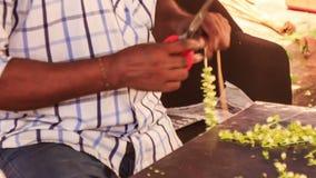 Las manos indias del hombre componen a Jasmine Flower Garland almacen de video