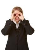 Las manos jovenes de la mujer de negocios tienen gusto de los prismáticos Fotografía de archivo libre de regalías