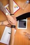 Las manos juntas combinan concepto de la unidad imagen de archivo libre de regalías