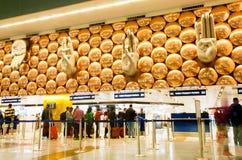 Las manos les gustan los símbolos del saludo dentro del aeropuerto internacional de Delhi Fotografía de archivo