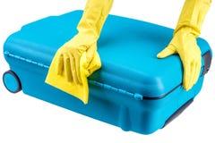 Las manos limpian la maleta fotografía de archivo