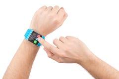 Las manos masculinas con el reloj elegante golpean ligeramente en la pantalla Imágenes de archivo libres de regalías